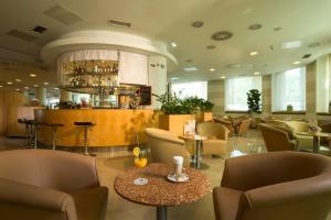 The lounge or bar area at City Hotel Ljubljana