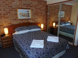 A bed or beds in a room at Dalmeny Shores Villas