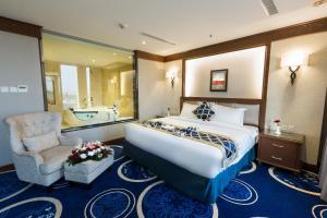 سرير أو أسرّة في غرفة في Swiss In Tabuk Hotel