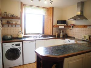 A kitchen or kitchenette at Corbie Self Catering Shetland