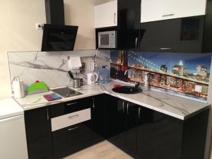 """Кухня или мини-кухня в Апартаменты """"ДоМиНо"""""""