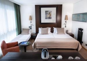 Cama o camas de una habitación en Abba Playa Gijón