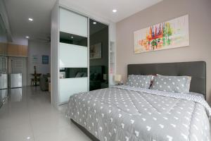 A bed or beds in a room at 98 Studio Suite, by Sanguine
