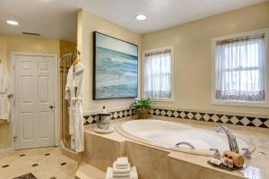 A bathroom at Hillcrest House Bed & Breakfast