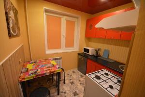 Кухня или мини-кухня в Apartment on Bredova 3