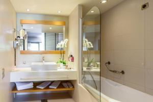 A bathroom at Alexander Beach Hotel & Spa