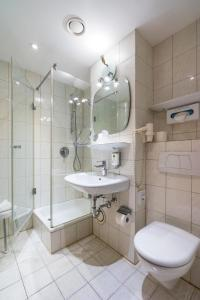 A bathroom at Parkhotel Crombach