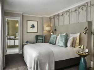 A bed or beds in a room at Hotel Grand Windsor MGallery by Sofitel