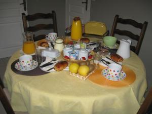 Options de petit-déjeuner proposées aux clients de l'établissement La Bourgade