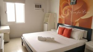 A bed or beds in a room at Mecasa Hotel