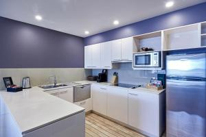 A kitchen or kitchenette at Peppers Seaport Hotel