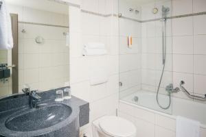 A bathroom at Vienna House Easy Trier