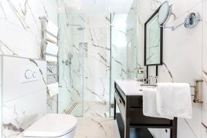 A bathroom at Hotel Brown Beach House & Spa