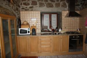 A kitchen or kitchenette at Casa de Pedra