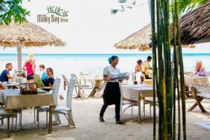 Ein Restaurant oder anderes Speiselokal in der Unterkunft Milky Bay Resort