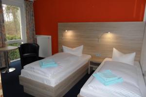 A bed or beds in a room at Landguthotel Hotel-Pension Sperlingshof