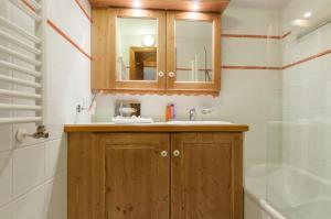A bathroom at Résidence Pierre & Vacances Premium Les Alpages de Chantel
