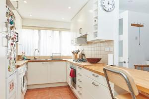 A kitchen or kitchenette at Brecknock Road House