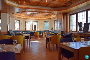 A restaurant or other place to eat at L'Hôtel des Bords de L'ill
