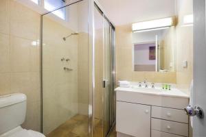 A bathroom at Boomerang Hotel