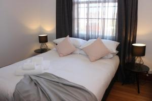A bed or beds in a room at Guildford Hotel