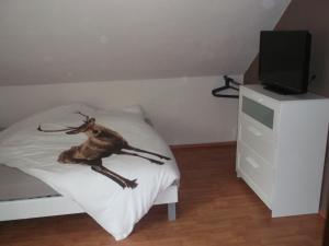 Ein Bett oder Betten in einem Zimmer der Unterkunft HirschHöhle