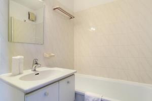 A bathroom at Résidence Odalys Les Hauts de Balaruc