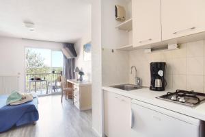 A kitchen or kitchenette at Résidence Odalys Les Hauts de Balaruc