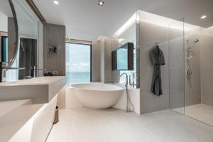 حمام في  فندق ميت بيتش