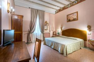 A bed or beds in a room at Hotel San Marco Sestola