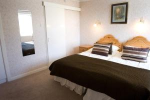 A bed or beds in a room at Merkister Hotel