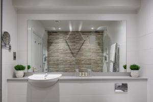 A bathroom at Sketchley Grange Hotel