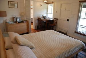 A bed or beds in a room at Mancuso Country Cottage Retreat
