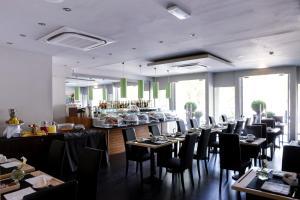Ein Restaurant oder anderes Speiselokal in der Unterkunft Twentyone Hotel