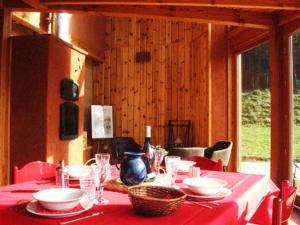 A restaurant or other place to eat at La Clé des Champs