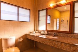 A bathroom at Coco Palm Beach Resort