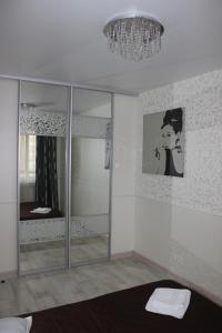 Кровать или кровати в номере Kvartira v centre Lomonosova 152