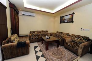Uma área de estar em Aknan Al Nafil Furnished Units