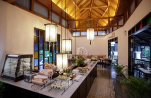 Un restaurante o sitio para comer en Thai Akara - Lanna Boutique Hotel