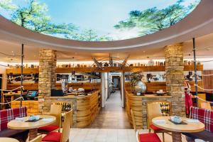"""Ein Restaurant oder anderes Speiselokal in der Unterkunft Erlebnishotel """"Zur Schiffsmühle"""""""