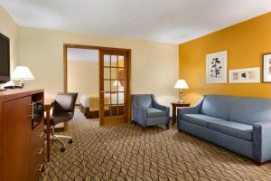 A seating area at Country Inn & Suites by Radisson, Mishawaka, IN