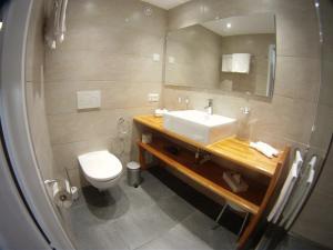 Ein Badezimmer in der Unterkunft Cresta Hotel