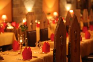 Een restaurant of ander eetgelegenheid bij 4-Sterne Burghotel Castillo Alcazar, Europa-Park Freizeitpark & Erlebnis-Resort