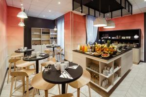 A restaurant or other place to eat at Mercure Lyon Centre Beaux-Arts