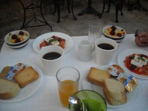 Breakfast options available to guests at Theano Guesthouse