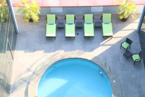 A view of the pool at Hotel Ciudad de David or nearby