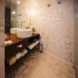 Een badkamer bij Hotel Rathaus - Wein & Design