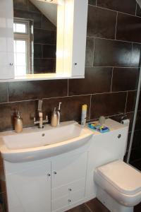 A bathroom at Inglewood B&B