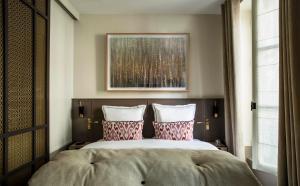 A bed or beds in a room at Hôtel de La Tamise - Esprit de France