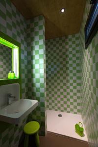 Salle de bains dans l'établissement Les Cabanes de Salagnac